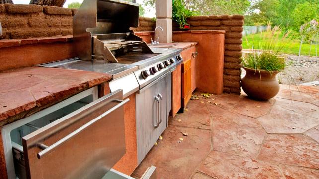 Outdoor-kitchen-warm-stone