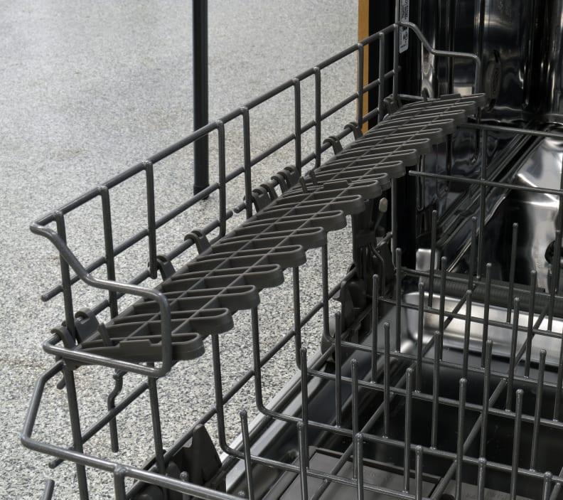 Maytag MDB8969SDM shelves on the lower rack