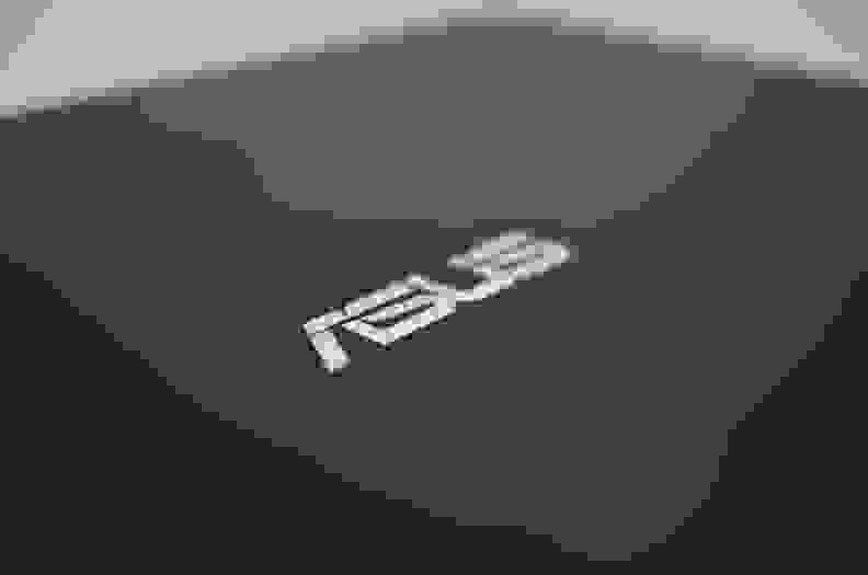 Asus-UX301L-review-design-back-logo.jpg