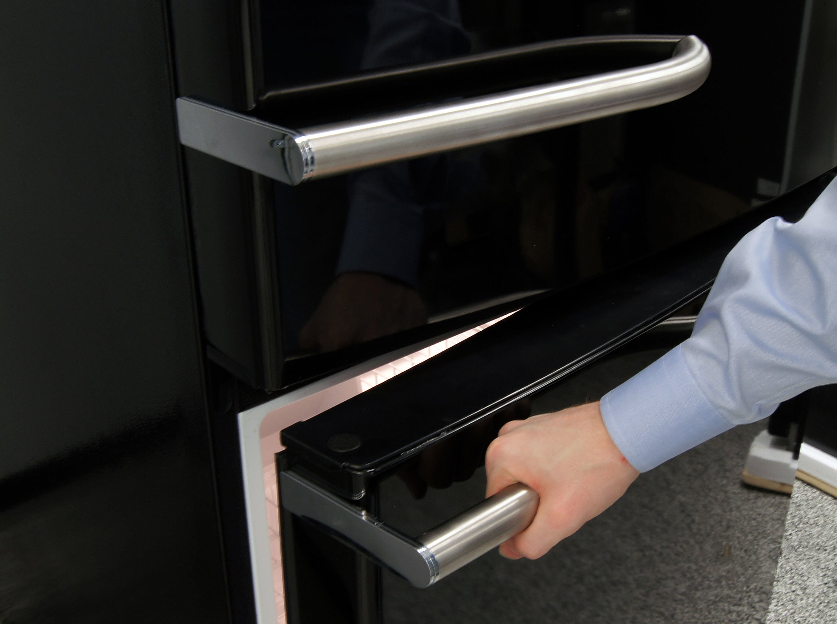 Horizontal handles add a surprising amount to the GE Artistry ABE20EGEBS's visual aesthetic, and are high enough that opening the door shouldn't force you to stoop.