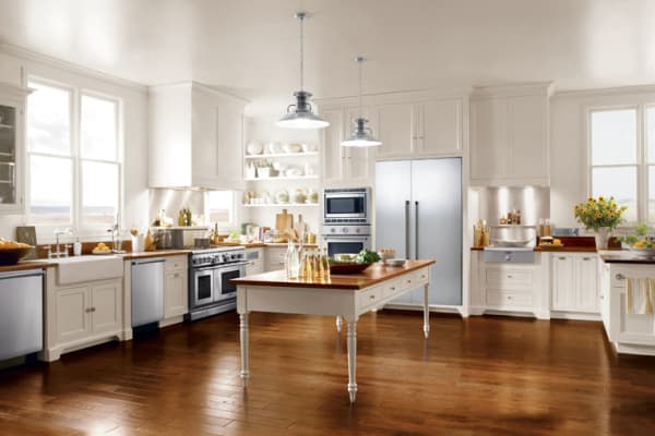 A bright, traditional kitchen with a Thermador 24-inch Sapphire Series dishwasher, as well as a 30-inch wall oven and 48-inch gas range.
