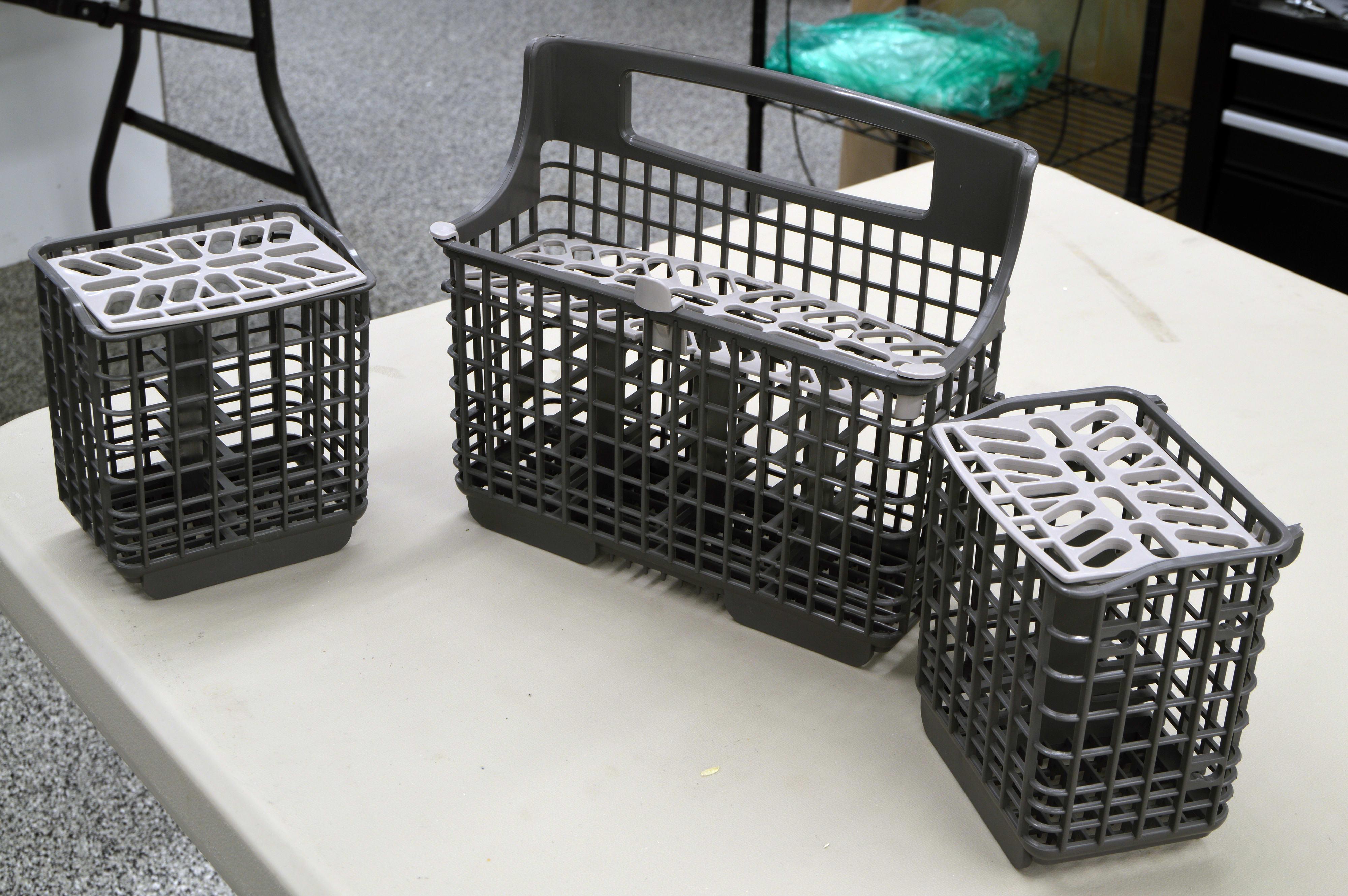 Cutlery basket split into three