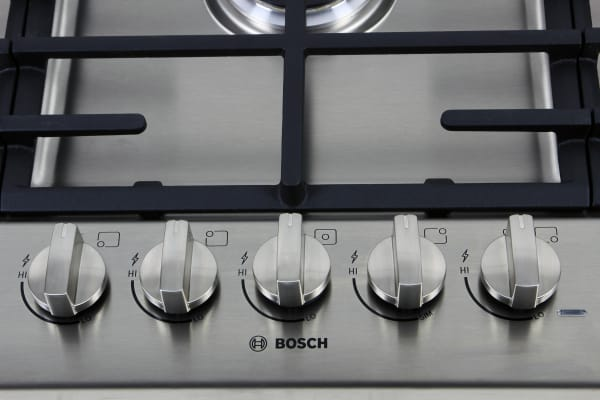 There are five burners, but only the left front burner gets hotter than 400°F, and only the center burner could boil 6 cups of water in under 15 minutes.