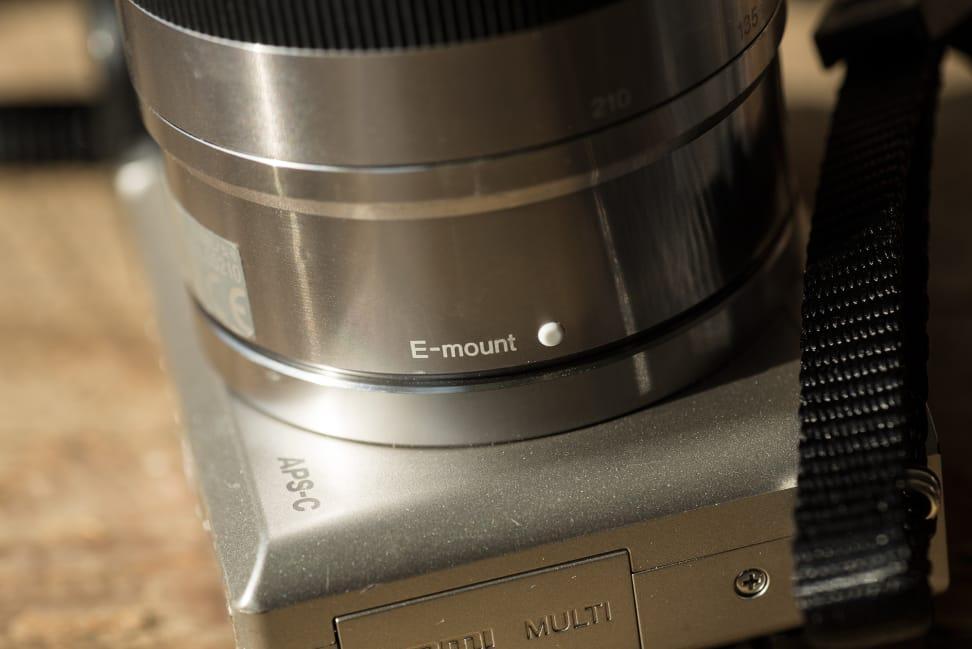 sony-55-210mm-review-design-side-camera.jpg