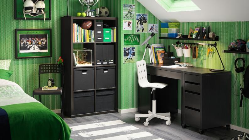 Micke desk in a green room