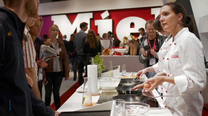 A chef cooks on a Miele TempControl cooktop at IFA 2015